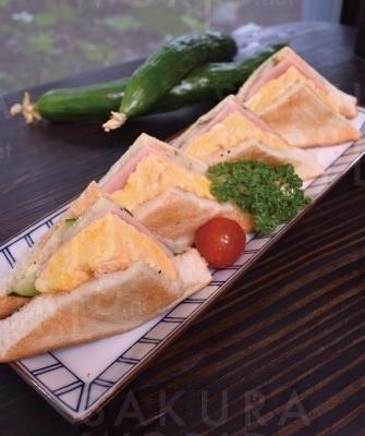 「トーストたま ごサンドイッチ」650円、飲み物付800円。自家製パリパリきゅうりがなる季節だけの限定メニュー。