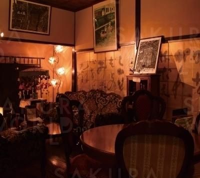 長崎グラバー邸風の喫茶室。ボンボン時計が時を刻む。