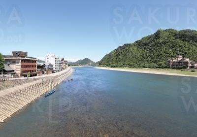 旅館の目の前に長良川が流れる風景は県外の旅行者に好評。観光客にとっては非日常を味わえる旅館。