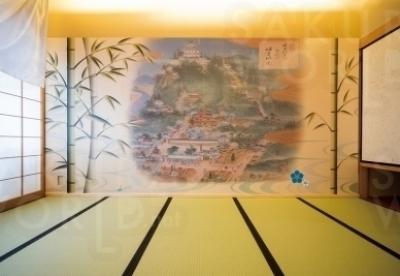 壁一面に描かれた織田信長公時代の岐阜城と城下町。旅館の目の前に広がるリアルな岐阜城と金華山と合わせて楽しめる。
