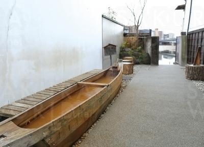 誰もが無料で利用できる、鵜舟の足湯。観光客や地域の方をはじめ、 ジョギング途中に立ち寄る人もいる。お湯は長良川温泉。
