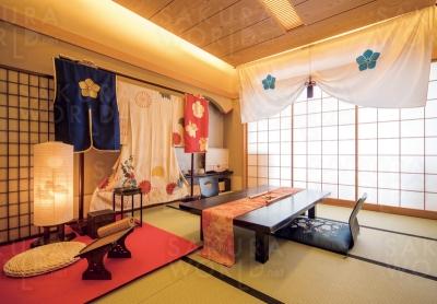 もともと「桔梗」と名のついた客室を改装。明智家紋天幕と茶器、明智、織田、道三の3家紋の陣羽織などが用意されている。戦国コンセプトルームの利用は今年いっぱいの予定。