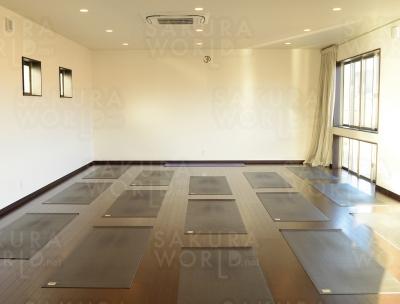 広い空間のパウダールーム・男女別更衣室完備。