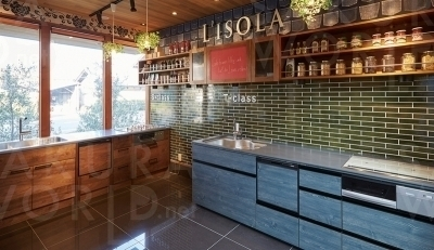 """3.チェックハウスのオリジナルキッチン """"L'isola""""展示。"""