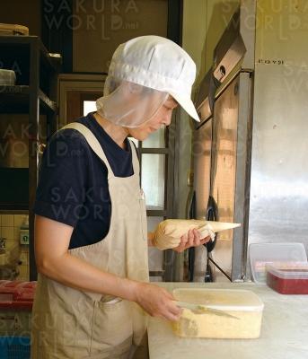 「種類豊富にパンが揃えています。ぜひ、お試し下さい」とスタッフさん!