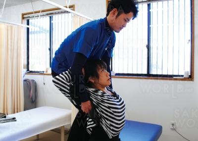 2.胸・肩を伸ばすことで体全体がスッキリ楽々。