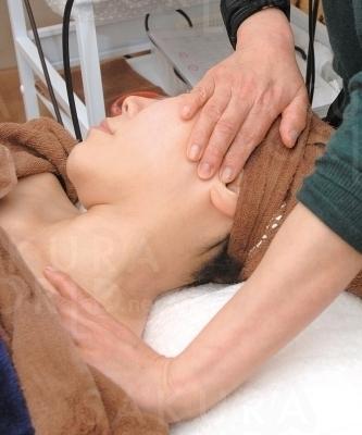 リンパの流れを促し、首・肩周りの疲れに◎。頬・目尻もリフトUPへ。