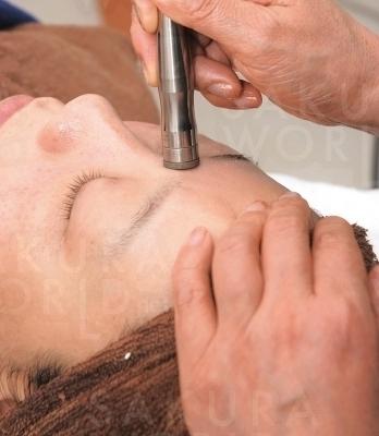 硬くなった角質や毛穴汚れも丁寧に取り除きワントーンアップへ。