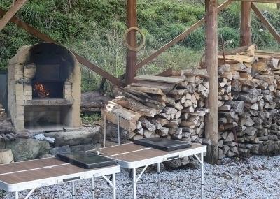 外の石窯で焼くピザ体験も。