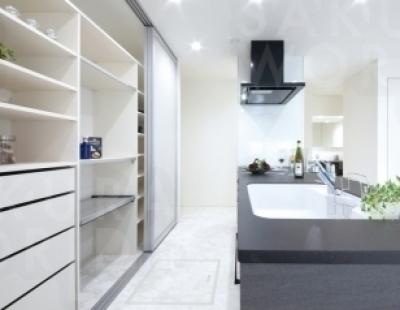 憧れのオープンキッチンは、背面収納もたっぷりで、閉めればすっきり。