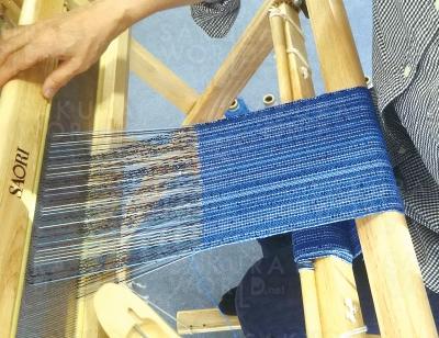 20cm程の幅でストールなどが織れます。