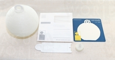 専用封筒に火袋、支柱、LED照明、メッセージカードを入れて郵送できる。無地の提灯(2,700円)もあり。