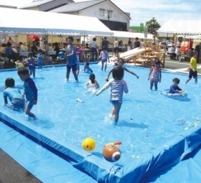 月初めの土日に行われる「おおがき芭蕉楽市」。8月31日(土)は子ども用プールが登場!