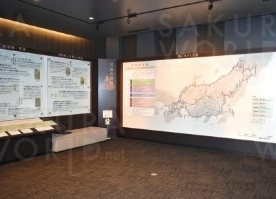 伊賀国で生まれた芭蕉。江戸を立ち、東北、北陸と、芭蕉が廻った各地を俳句と共に紹介する資料展示コー ナー。
