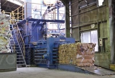 大型圧縮機で古紙をリサイクル加工。古紙パルプの原料として、製紙メーカーに出荷する。