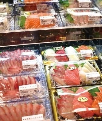 常に新鮮な魚が並ぶ、Mikawaya自慢の鮮魚コーナー。日曜にはまぐろを一匹仕入れているから、新鮮な生まぐろがお得に♪