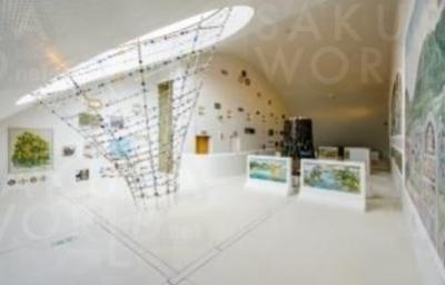常設展では、膨大なタイルのコレクションを基盤に、地域で培われてきたタイルの情報や知識、技術を発信。モザイクタイルの魅力伝えている。写真は台座の 上や壁面にちりばめられた地元中心に各地から収集されてきたモザイクタイル作品が展示されている4階の常設展示。
