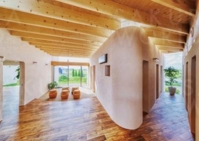 曲線を生かした柔らかな雰囲気の内装デザイン。木がふんだんに使われ、自然あふれる雰囲気です。