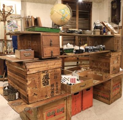 買い取り後、修理など手を加えて販売。一点物の古道具。