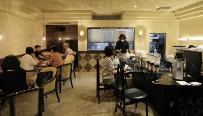 丁寧に使われてきたビル。かつてのお客さんには懐かしく、新しいお客さんには少し背伸びができる喫茶店に。