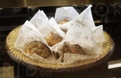 マルイチ時代の人気メニューを新たにレシピ開発した「三種のナッツのシュークリーム」。そのほかスイーツはテイクアウトが可能。