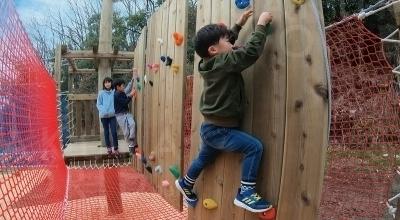 3歳から挑戦できる「スカイジャム®」。高さ3mの巨大遊具で9種類のアクティビティを楽しめる。
