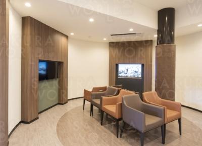 落ち着いた色調でまとめた待合室。デジタル水槽やブックシェルフを設けたリラックスできる空間。