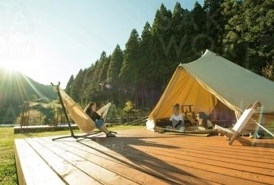 大型テントにはベッドやラグが備えられている。