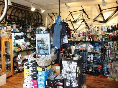 店内はサイクリストには欠かせないアイテム・グッズを、専門店ならではの豊富なラインナップで取り揃えてい ます。