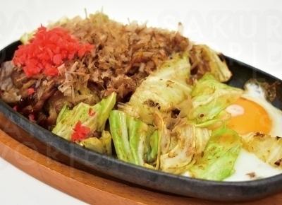 とろ〜りとした目玉焼きの付いた「焼きそば」500円。細麺によく絡んだ香ばしいソースがたまらない