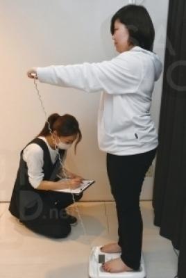 〔サイズ測定〕女性スタッフの施術で安心